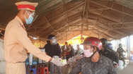 Video: Trên đường về quê tránh dịch được CSGT vẫy tay gọi tặng xôi, áo mưa, xăng