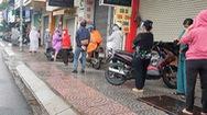 Video: TP.HCM tiếp tục giãn cách, người dân đi mua sắm nhiều, xếp hàng dài