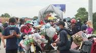 Video: Đông đúc người dân chờ xét nghiệm khi đi xe máy về quê Nghệ An