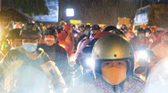 Video: Đêm qua vẫn đông nghịt người về quê; Có nơi dừng đưa đón người qua chốt