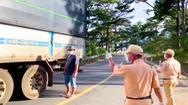 Video: Phát hiện nhiều người trốn trong thùng xe tải chở rau để vào Đà Lạt