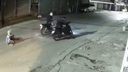 Video: Phẫn nộ nhóm thanh niên chặn đường, cướp xe máy cuả nữ công nhân quét rác ở Hà Nội