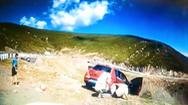 Video: Nữ hành khách bung cửa, thoát khỏi ôtô trước khi chiếc xe rơi xuống núi