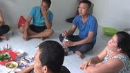 Video: Tụ tập nhậu trong khu phong tỏa, 6 người bị xử phạt 90 triệu đồng