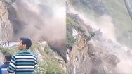 Video: Đông người hiếu kỳ xem đất đá trên núi tuôn xuống ầm ầm như thác