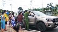Video: Chiến sĩ công an trực chốt cho người dân mượn ôtô chở bệnh nhân đi cấp cứu