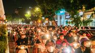 Video: Người dân Hà Nội đổ ra đường trong đêm Trung thu, một số tuyến phố trung tâm ùn ứ