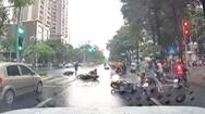 Video: Ô tô 'lùa' nhiều người đang dừng đèn đỏ ở Hà Nội