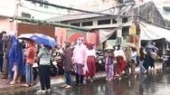 Video: Người dân TP.HCM đội mưa xếp hàng chờ tiêm vắc xin nhưng phải ra về vì... không có giấy mời
