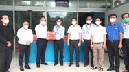 Trao 1.400 túi thuốc điều trị F0 tại nhà cho Trung tâm y tế Quận Bình Tân chống dịch