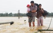 Video người dân liều mình băng cầu tràn mặc nước lũ chảy xiết