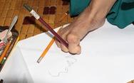 Cô gái miệt mài vẽ tranh bằng chân