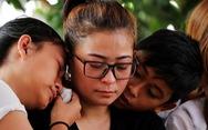 Biển động, người Indonesia cầu nguyện để tìm thấy hộp đen máy bay rơi