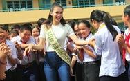 Hoa hậu Phương Khánh giản dị ngày về thăm trường cũ