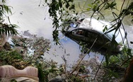 Xe hơi lao xuống sông, chồng chết, vợ con nguy kịch
