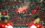 CĐV Myanmar lo CĐV Việt Nam đốt pháo sáng