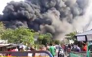 Cháy kho gần cầu Mỹ Thuận, khói bốc cao cuồn cuộn