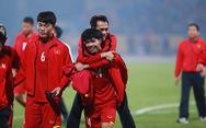 Xúc động hình ảnh Công Phượng cõng Văn Toàn sau trận thắng
