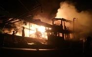 Hai tàu cá bị cháy trong lúc tránh bão ở Bến Tre
