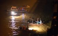 Video: Trắng đêm trục vớt chiếc ôtô đâm lan can cầu Chương Dương lao xuống sông Hồng