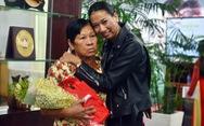 Con nuôi gốc Việt bật khóc khi gặp mẹ ruột