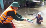 Bộ đội vượt lũ dữ cứu trợ dân Quảng Nam bị cô lập