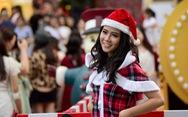 Sài Gòn 'lên đèn', bạn trẻ 'lên đồ' đón Giáng sinh