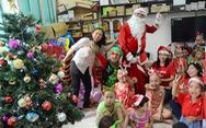 Các bệnh nhi hò hét chào đón ông già Noel 'vác quà' đến tận phòng