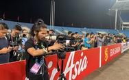 """Cả """"rừng"""" phóng viên trên sân tập của đội tuyển VN"""