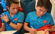 Các tuyển thủ VN làm gì trên máy bay sang Malaysia