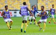 Đội tuyển Malaysia khởi động bằng việc chơi bóng ném