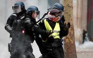 Choáng với 'đồ chơi' của dân biểu tình quậy tại Pháp