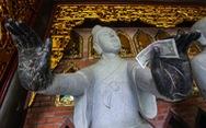 Vất vả nhặt tiền lẻ du khách đặt vào ban thờ Phật chùa Bái Đính