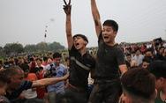 Hàng trăm thanh niên đầm mình dưới bùn tranh cướp phết