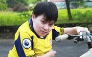 Chàng sinh viên miệt mài đạp xe đạp tí hon đến giảng đường
