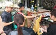 Chen chân xức dầu tượng hổ ở Hương Tích mong… chữa bệnh