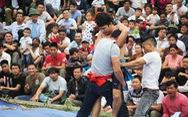 Dân leo núi xem trai làng đấu vật ở lễ hội Vua Mai