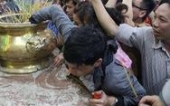 Chen lấn nghẹt thở bốc tro cầu may tại chùa Bà Bình Dương