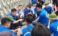 Sinh viên tình nguyện tụ tập, hát hò khi hỗ trợ kỳ thi THPT quốc gia