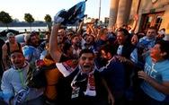Màn 'đấu khẩu' hài hước của cổ động viên Argentina và Brazil