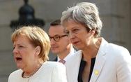 Thủ tướng Theresa May loạng choạng tay chèo 'con thuyền Brexit'