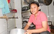 Đi phụ quán cơm từ thiện để kiếm tiền đóng học phí