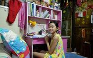 Cô học trò sống trên nóc nhà tắm