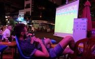 'Tây' tràn ra vỉa hè xem bóng đá ở xứ ta