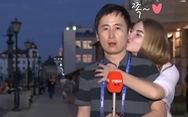 Những cái hôn trộm phóng viên đáng yêu và mất lịch sự nhất World Cup