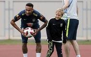 Neymar chỉ con chơi banh trên sân tập World Cup