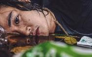Anh thợ make-up và bộ ảnh 'sống trong rác, chết chìm trong rác'