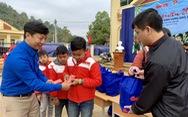Quà bạn đọc Tuổi Trẻ đến với trò nghèo vùng biên giới Phong Thổ