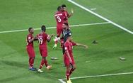 Cổ động viên UAE la ó khi Qatar hát quốc ca, ném giày vào cầu thủ Qatar