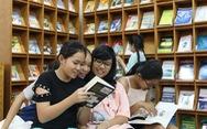 Cựu sinh viên mang sách ngoại văn về quê nhà